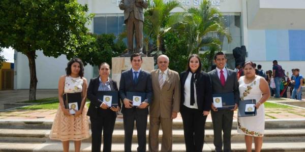 """Entregan la Medalla al Mérito Universitario """"Dr. Manuel Velasco Suárez"""" a graduados distinguidos de los posgrados de la UNACH"""