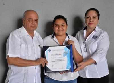 Recibe estudiante de la UNACH  reconocimiento por parte de la AMESTUR