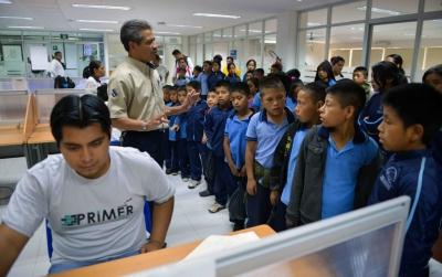 Realizan infantes de  Zinacantán visita guiada a la Biblioteca Central Universitaria UNACH