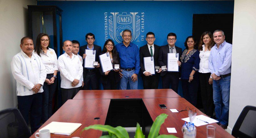 Egresados de la UNACH reciben el Premio CENEVAL por sus destacados resultados en el EGEL