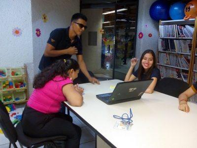 Estudiantes de la UNACH dan clases de inglés a niños y jóvenes ciegos y débiles visuales