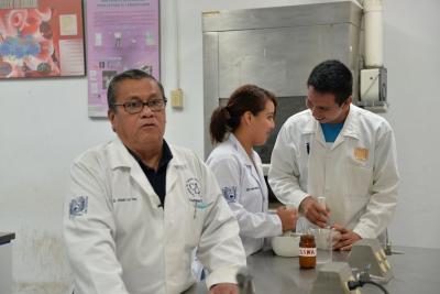 Desarrollan estudiantes de la UNACH fármacos a base de árbol de Melina