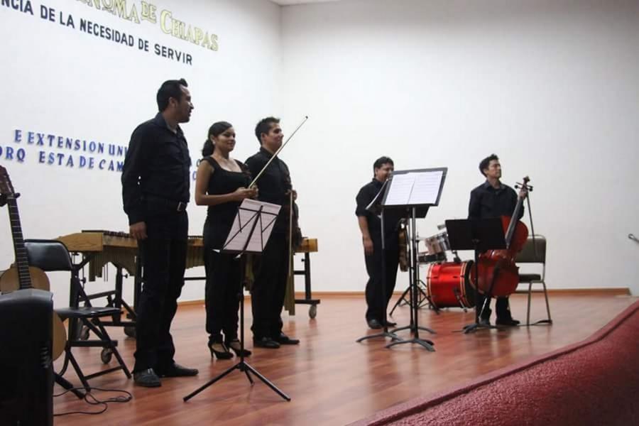 Disfrutan jóvenes de concierto de música clásica organizado por la UNACH